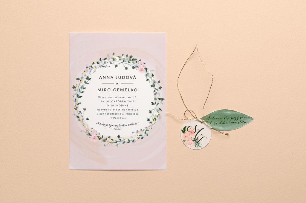 svadobné oznámenie ružové lístky s rezaným krúžkom a pozvaním k stolu vedľa seba