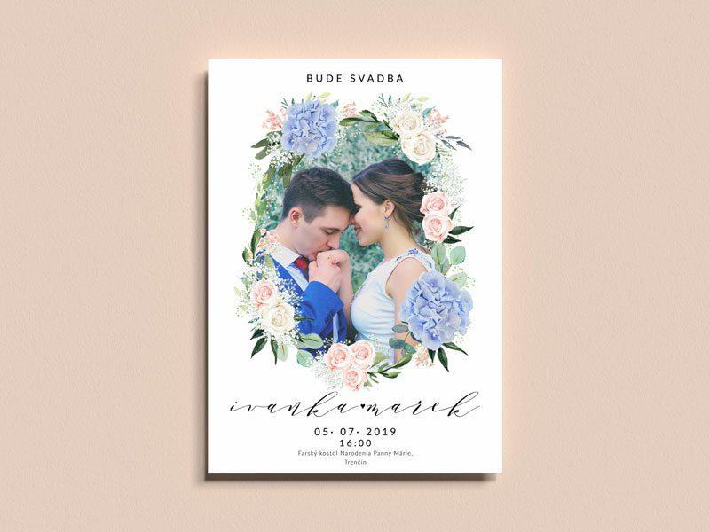 svadobné oznámenie s fotkou a modrými a ružovými kvetmi