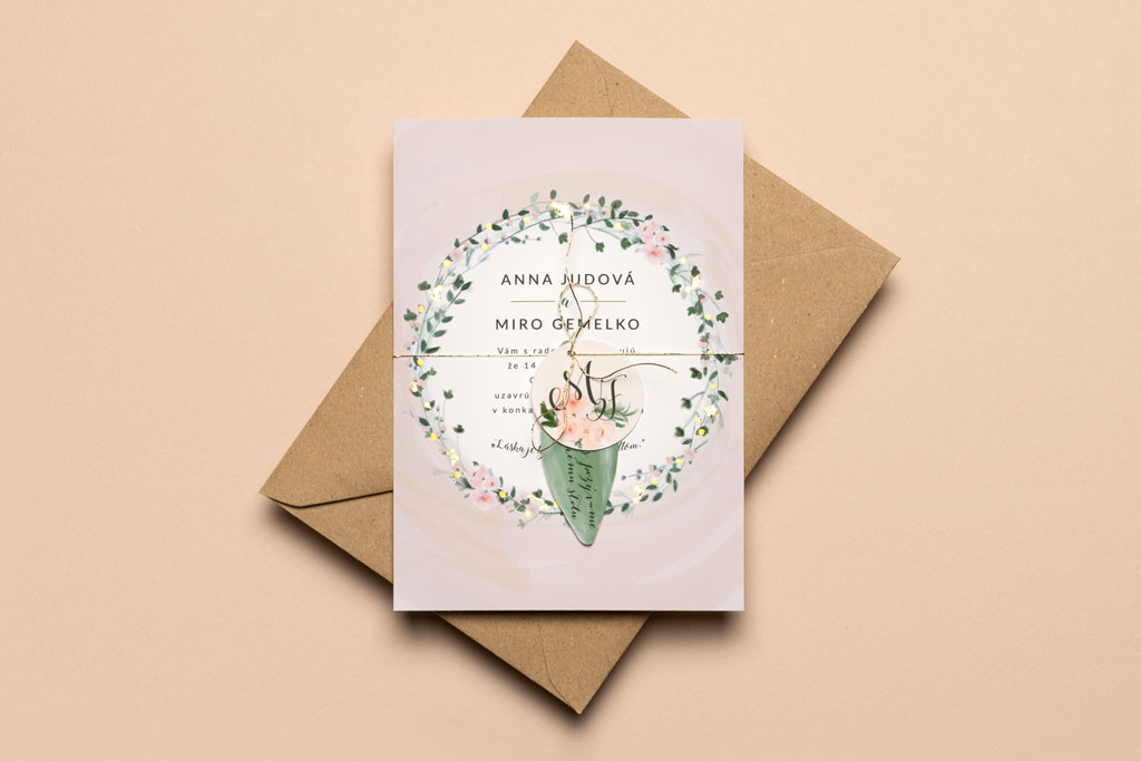 svadobné oznámenie ružové lístky s recyklovanou obálkou