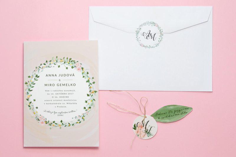 svadobné oznámenie ružové lístky s rezaným krúžkom a pozvaním k stolu s obálkou